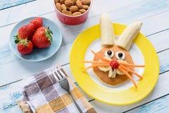 Desayuno colorido de Pascua para los niños Arte de la comida del conejito de pascua fotografía de archivo