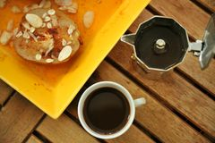 Desayuno con café italiano y la pera escalfada Imágenes de archivo libres de regalías