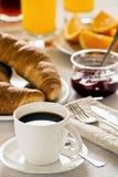 Desayuno con café y Croissants Imágenes de archivo libres de regalías