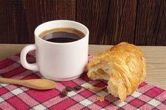 Desayuno con café y el croissant Foto de archivo