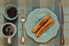Desayuno con dos crepes y cafés Foto de archivo