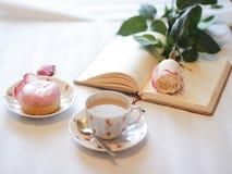 Desayuno con el buñuelo con café foto de archivo