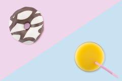Desayuno con el buñuelo y el zumo de naranja Foto de archivo libre de regalías