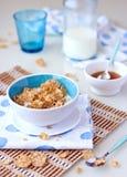 Desayuno con el cereal y la leche Foto de archivo