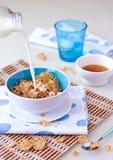 Desayuno con el cereal y la leche Imagenes de archivo