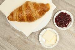 Desayuno con el croissant Fotografía de archivo