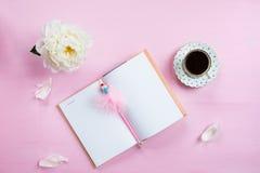 Desayuno con el cuaderno, el café y el buen humor Imagen de archivo libre de regalías