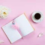 Desayuno con el cuaderno, el café y el buen humor Imágenes de archivo libres de regalías
