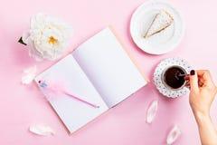 Desayuno con el cuaderno, el café y el buen humor Fotos de archivo libres de regalías