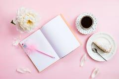 Desayuno con el cuaderno, el café y el buen humor Imagenes de archivo