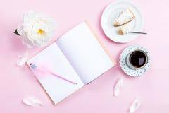 Desayuno con el cuaderno, el café y el buen humor Foto de archivo libre de regalías