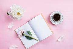 Desayuno con el cuaderno, el café y el buen humor Fotografía de archivo