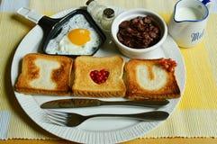 Desayuno con el huevo frito y los copos de maíz Fotos de archivo