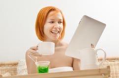 Desayuno con el ipad en cama Fotos de archivo libres de regalías
