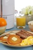 Desayuno con el jugo fresco fotografía de archivo libre de regalías