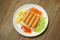 Desayuno con la salchicha y las verduras del huevo del pan Imagenes de archivo