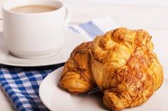 Desayuno con la taza de café y de cruasán Imagen de archivo