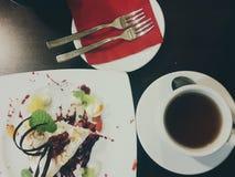 Desayuno con la taza de coffe y de torta Foto de archivo libre de regalías