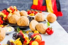 Desayuno con la taza de la guirnalda del alemán del café, pan en la forma de fútbol de la bola fotos de archivo libres de regalías