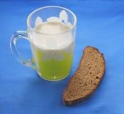 Desayuno con la taza de leche Fotos de archivo libres de regalías