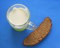 Desayuno con la taza de leche Imagen de archivo libre de regalías