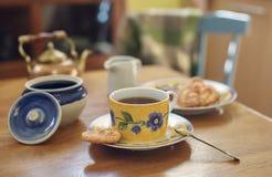 Desayuno con la taza de té y de galletas Fotos de archivo libres de regalías