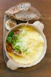 Desayuno con la tortilla y el pan del grano Imagen de archivo