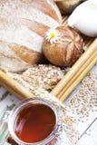 Desayuno con la variedad de pan y de rollos Imagen de archivo libre de regalías