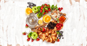Desayuno con las bayas frescas del muesli de los cruasanes F sana Fotos de archivo