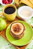 Desayuno con las crepes de la manzana Foto de archivo