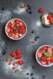 Desayuno con las frutas y las escamas foto de archivo