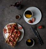 Desayuno con las galletas de Bélgica con la fresa y el chocolate en el fondo oscuro Concepto de forma de vida sabrosa imagen de archivo libre de regalías