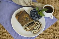 Desayuno con las semillas de amapola milhojas y arándano Fotografía de archivo libre de regalías
