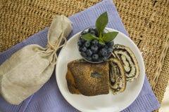 Desayuno con las semillas de amapola milhojas y arándano Foto de archivo libre de regalías