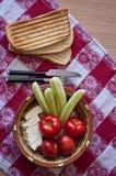 Desayuno con las verduras frescas y el queso Fotografía de archivo libre de regalías