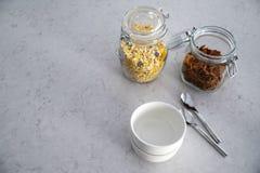 Desayuno con los cereales y los copos de maíz foto de archivo libre de regalías