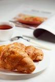 Desayuno con los croissants frescos Imagenes de archivo