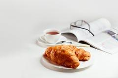 Desayuno con los croissants frescos Fotos de archivo libres de regalías