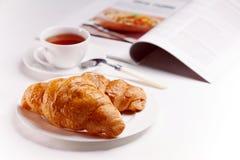 Desayuno con los croissants frescos Fotografía de archivo