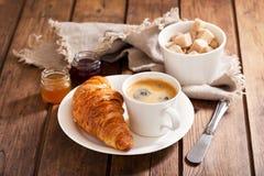 Desayuno con los croissants y el café Fotografía de archivo