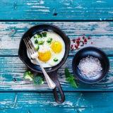 Desayuno con los huevos fritos Fotos de archivo libres de regalías