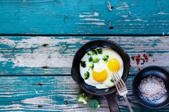Desayuno con los huevos fritos Foto de archivo