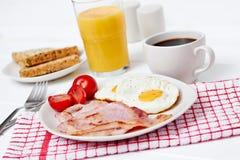 Desayuno con los huevos fritos y el tocino Imagen de archivo libre de regalías