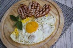 Desayuno con los huevos fritos y el tocino Imagen de archivo