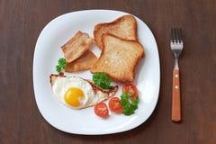 Desayuno con los huevos revueltos Fotografía de archivo