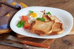 Desayuno con los huevos revueltos Fotos de archivo