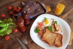 Desayuno con los huevos revueltos Foto de archivo