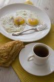 Desayuno con los huevos y la empanada caliente de los pasteles Imagen de archivo libre de regalías