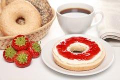 Desayuno con los panecillos frescos Imagen de archivo libre de regalías