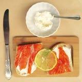 Desayuno con los salmones, el pan y el queso Imagenes de archivo